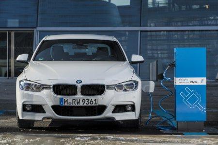 Летом в продаже появится модель BMW 330e iPerformance